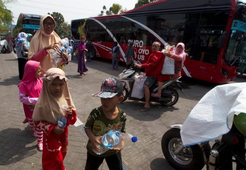 , En Indonesia viajas gratis en autobús a cambio de botellas de plástico usadas