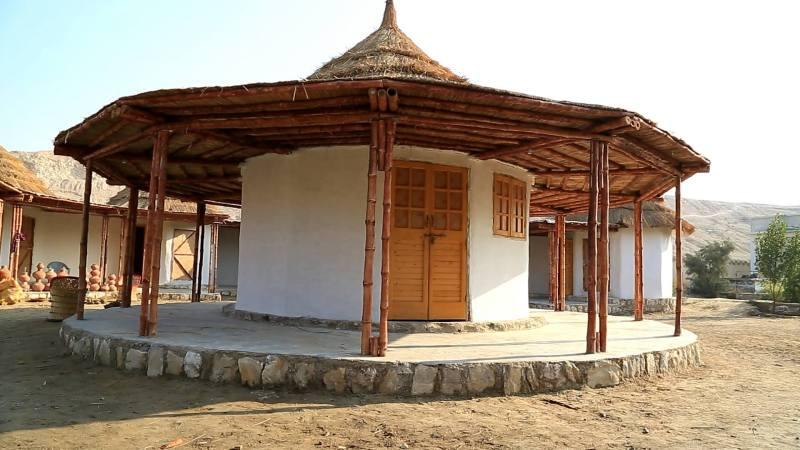 , Arquitecta construyó 1150 refugios en Pakistan con tierra, bambú y piedra