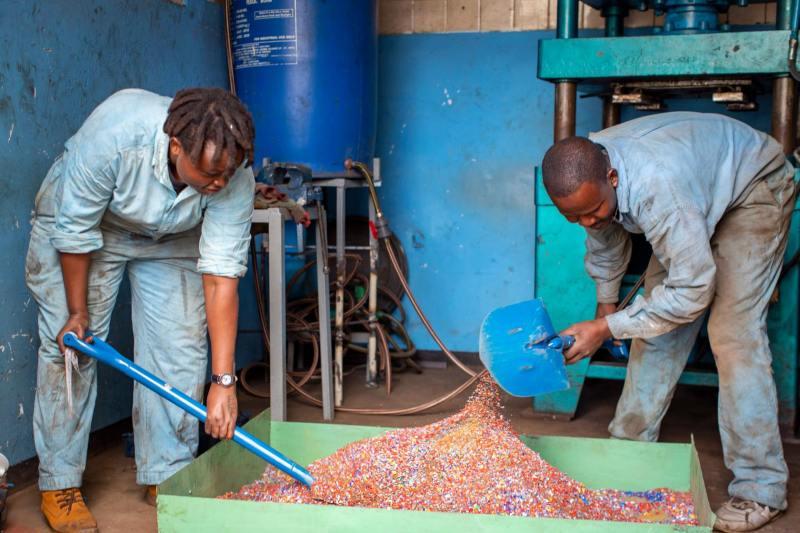 , Joven transforma desechos plásticos en ladrillos más resistentes que el hormigón