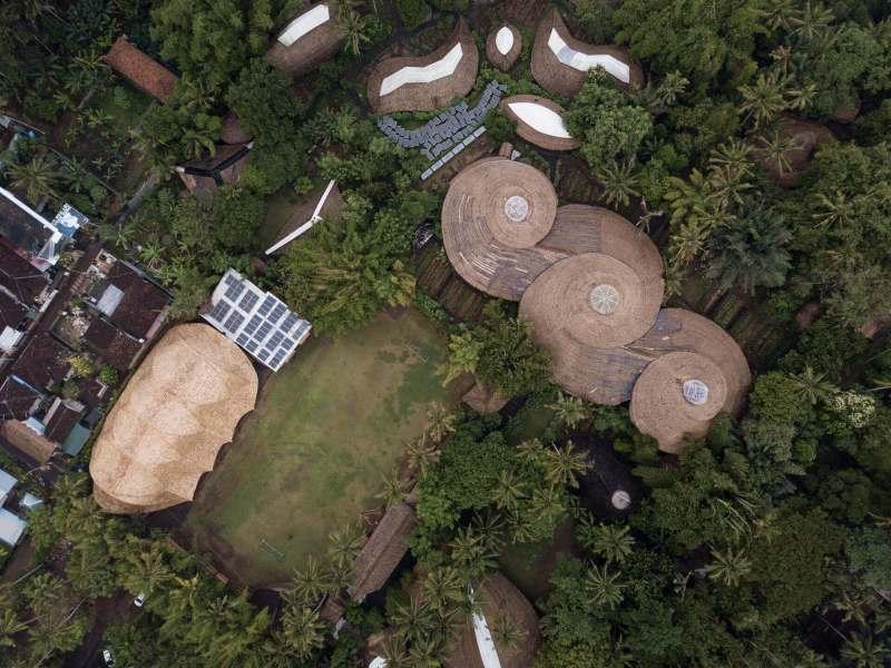 , Este Gimnasio escolar en Bali está hecho completamente de bambú