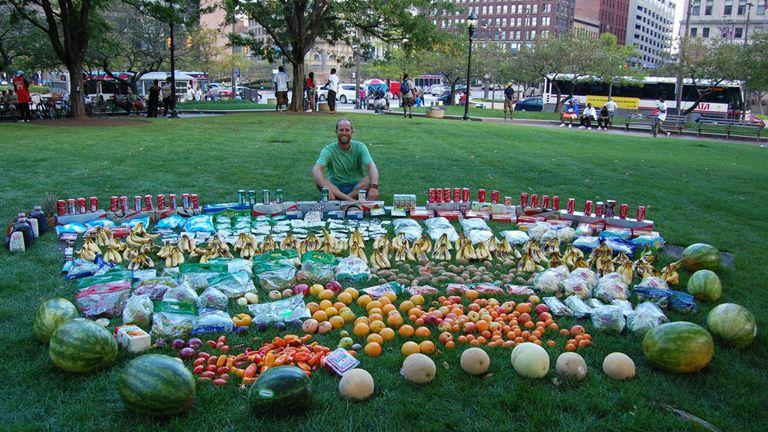 , Joven ha pasado un año sin ir al supermercado, cultivando su propia comida y está más sano que nunca