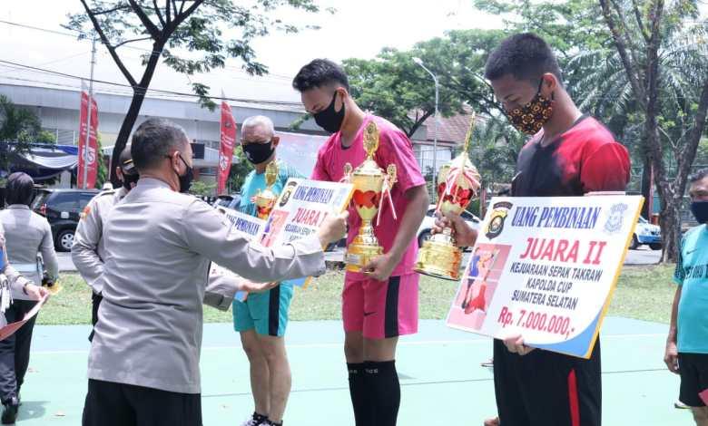 Photo of Kapolda Sumsel Serahkan Piala Penghargaan Kepada Pemenang Lomba Sepak Takraw