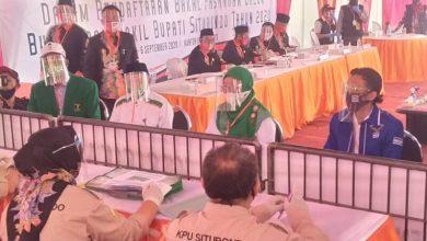 Photo of Ribuan Pendukung Antarkan Karna Suwandi- Khoirani Mendaftarkan Ke KPU