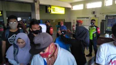 Photo of Malang Mbois Bagikan 500 Masker Pada Penumpang KA