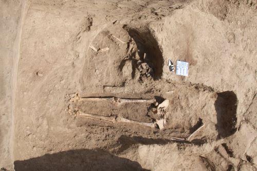 Tumba del Horizonte Medio (600–1000 d.C.) hallada en la huaca Santa Rosa de Pucalá, en la región Lambayeque.