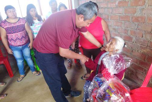 El alcalde provincial de Lambayeque, Alexander Rodríguez, visitó a doña Ludosmila, quien reside en el distrito de Pacora.