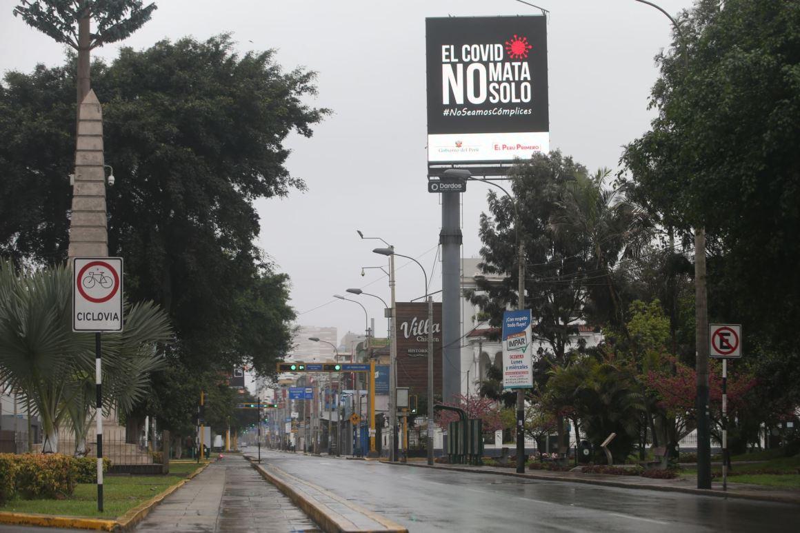 Paneles con propagandas para concientizar a la población sobre del covid-19 y promover que la gente se quede en su casa. Foto: ANDINA/Jhonel Rodríguez Robles