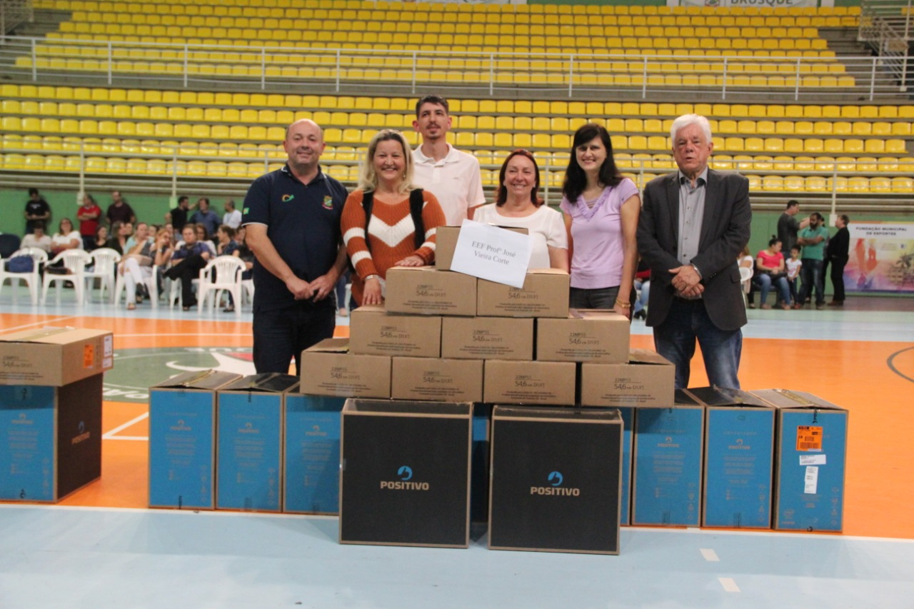 Prefeitura realiza a entrega de 70 novos computadores para as escolas da rede pública de ensino