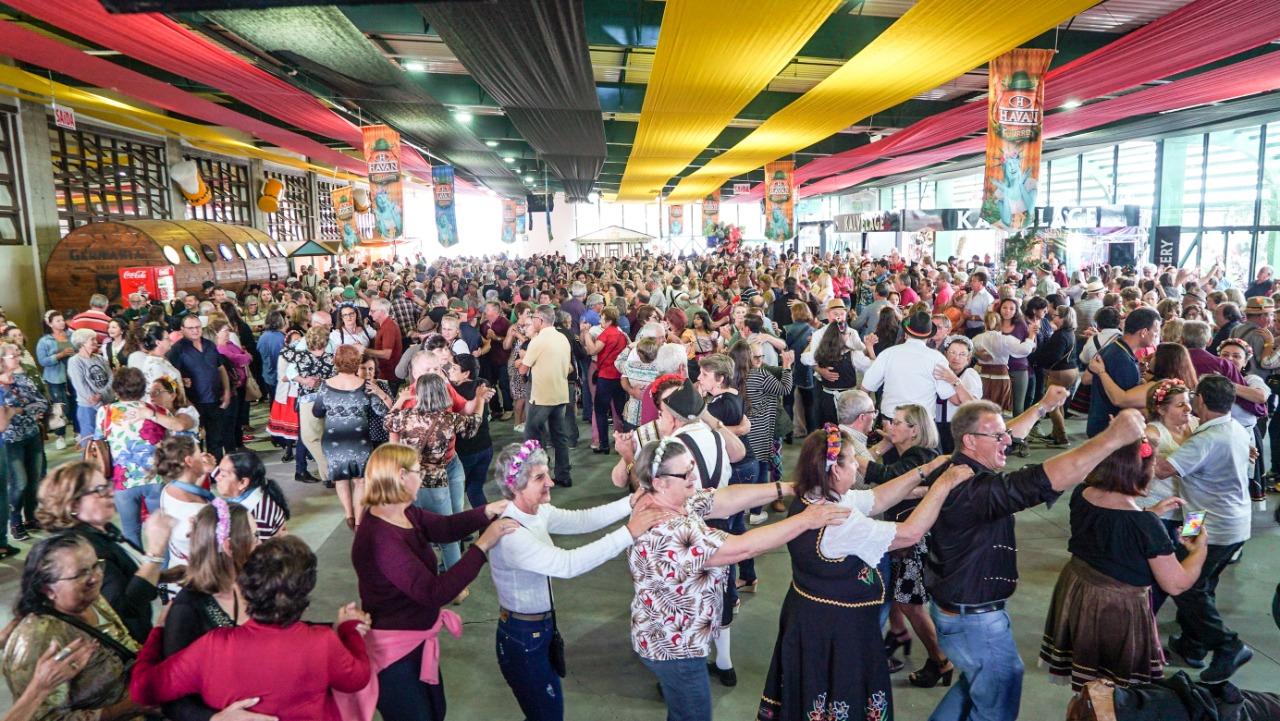 Fenarreco da Feliz Idade leva centenas de idosos à festa mais gostosa do Brasil