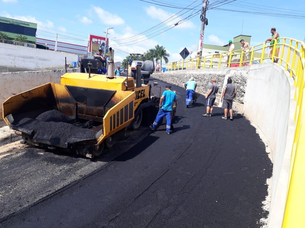 Rua João Heil recebe pavimentação asfáltica. Obra é um complemento das intervenções no bairro Nova Brasília