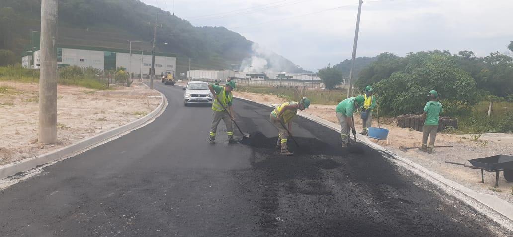 Pavimentação na Estrada da Fazenda avança mais 340 metros nesta semana