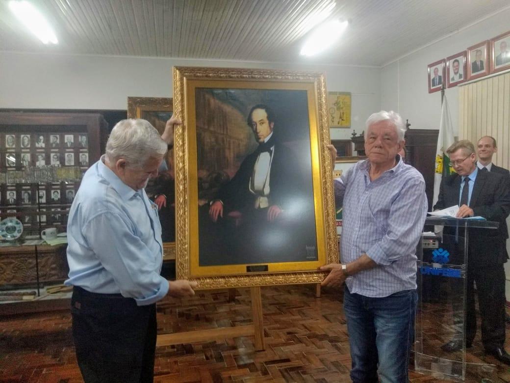 Executivo recebe réplica do retrato do barão de Schneeburg