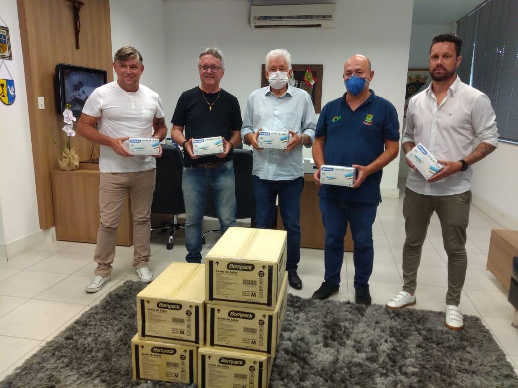 Prefeitura de Brusque recebe doação de luvas do Brusque FC