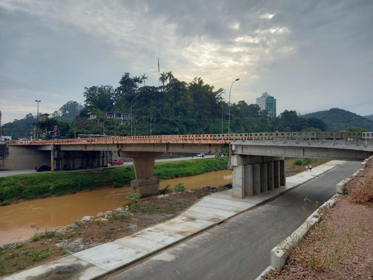 Ponte dos bombeiros segue interditada após surgimento de buraco próximo a cabeceira