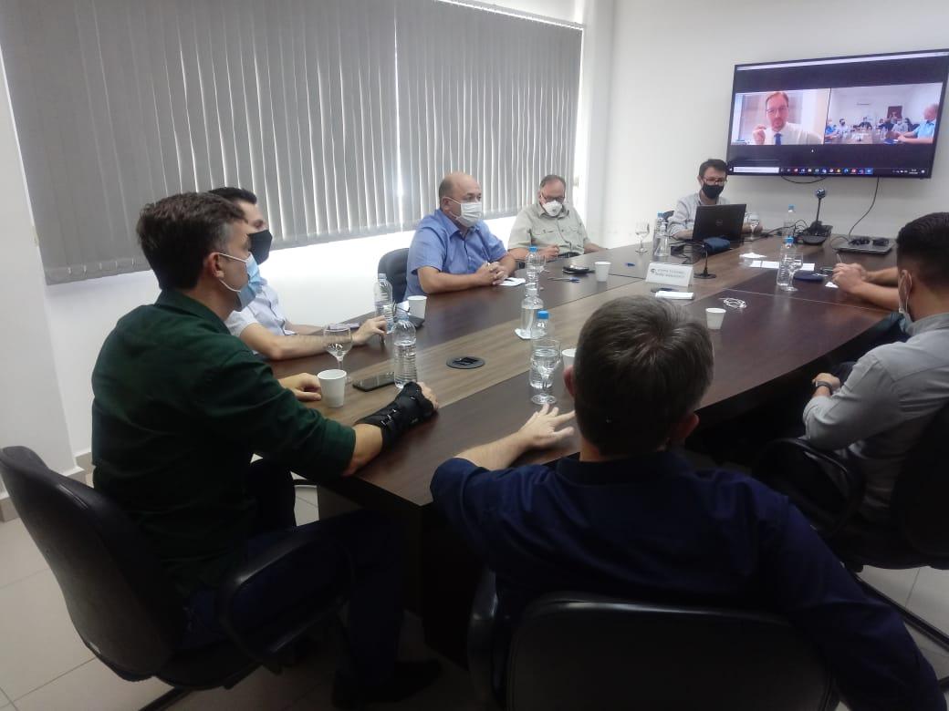 Prefeito de Brusque participa de reunião na AMMVI sobre compra de vacinas