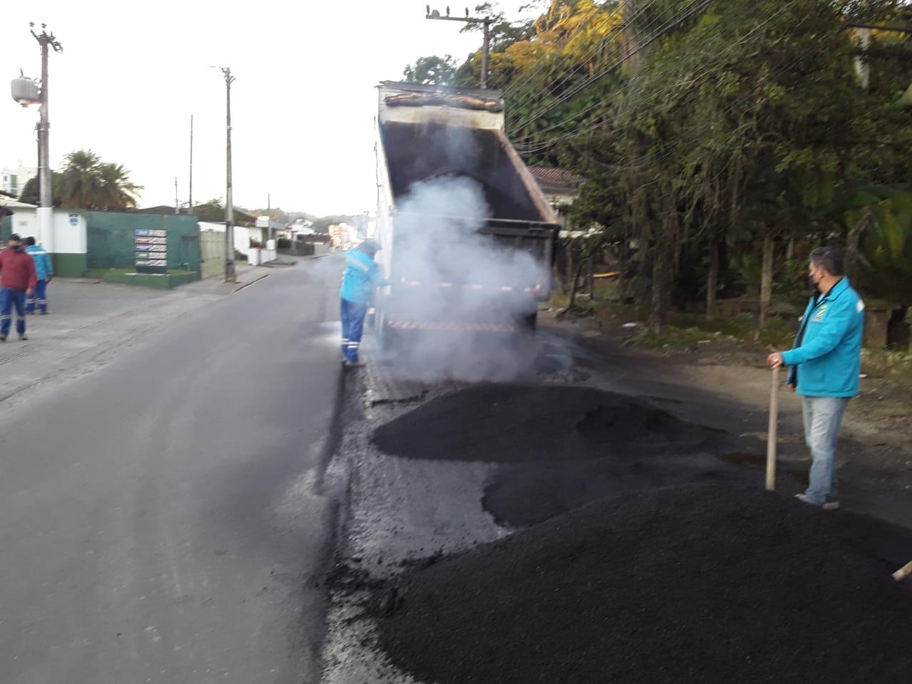 Domingo de sol. Prefeitura realiza obras na ponte João Vitório Benvenutti e da pavimentação da rua São Pedro