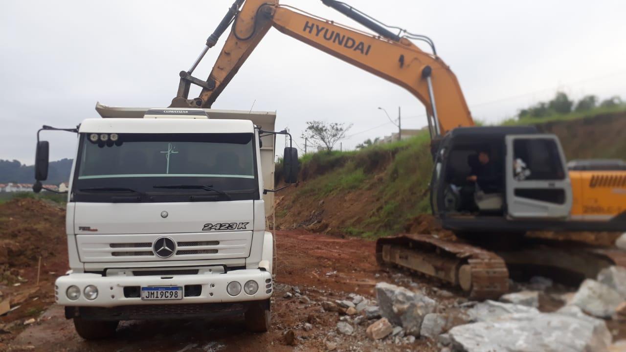 Confira as atividades da equipe de limpeza de valas da Secretaria de Obras