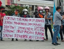 Kunjungan Presiden Joko Widodo di Kendari Disambut Demonstrasi, Bendera PDIP dan Kadin Dibakar