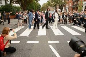 Nos 45 anos da foto de 'Abbey road', fãs dos Beatles recriam capa do disco