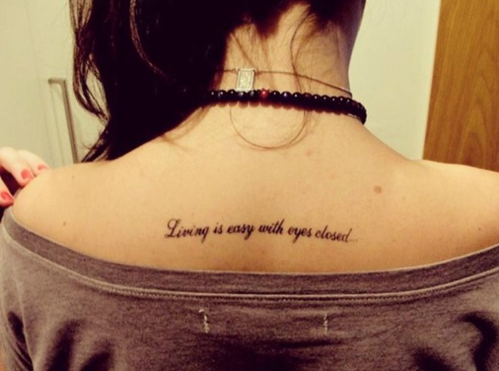 """Tatuagem com trecho de """"Srawberry Fields Forever""""."""