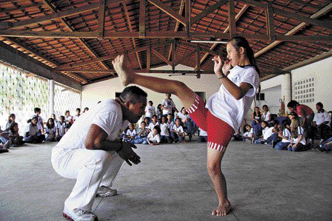 Capoeira inclusiva estimula crianças a superar limites