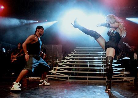 De salto, Claudia Leitte faz passos de capoeira em show no interior de SP
