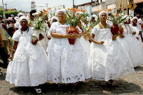 Bahia: Lavagem de Santo Amaro reúne 50 mil pessoas e 300 baianas