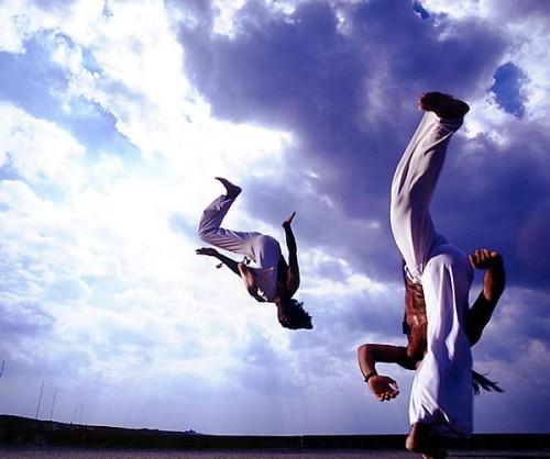 Famílias podem se exercitar com movimentos básicos da capoeira