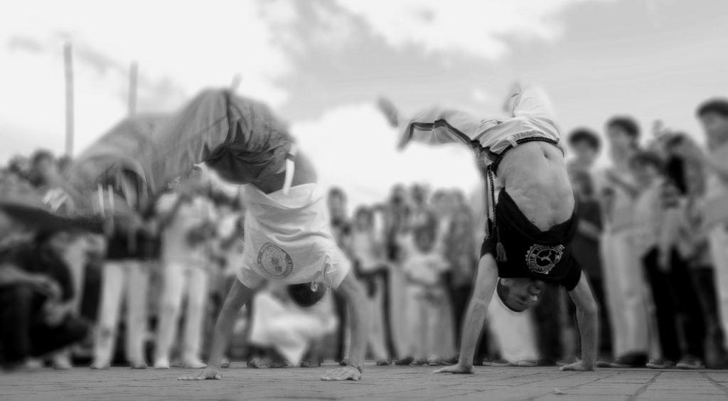 """A CAPOEIRA """"SOFISTICADA"""" DO SÉCULO XXI: Entre a felicidade da potência e a potência da felicidade"""