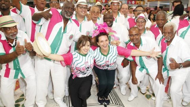 Juliette Binoche se esbalda na quadra da Mangueira e arrisca na ginga em roda de capoeira Curiosidades Notícias - Atualidades Portal Capoeira
