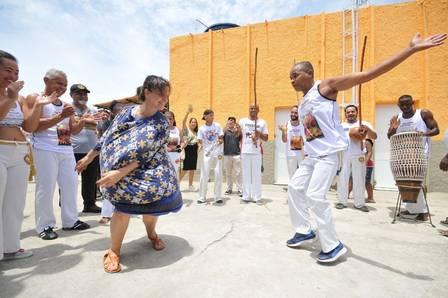 Juliette Binoche se esbalda na quadra da Mangueira e arrisca na ginga em roda de capoeira Capoeira Portal Capoeira