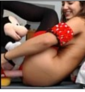 Ninfetinha se divertindo com mickey seu brinquedinho