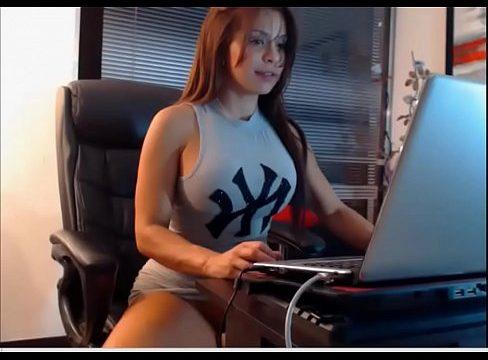 hermosa chica desnuda masturbandose en la camara