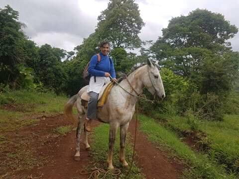 La maestra que va a caballo a la escuela es el furor de las redes sociales