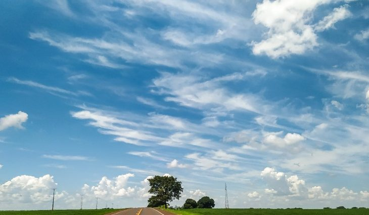 Ar seco e temperaturas elevadas predominam nesta segunda-feira