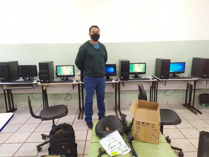 Após pedido de Mara Caseiro, escola recebe 10 computadores do Governo Estadual