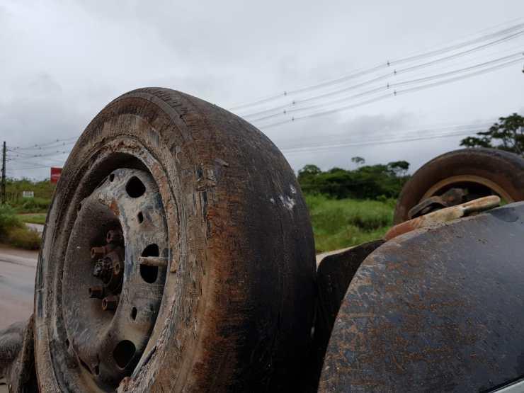 Carro com pneu careca tomba após fazer curva na BR-364 durante chuva