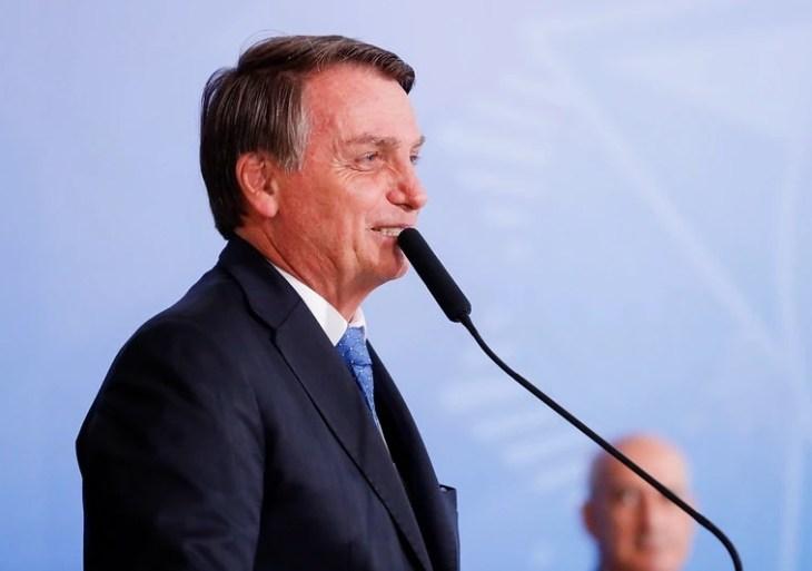 'Auxílio começa a ser pago no dia 4 ou 5 de abril', afirma Bolsonaro