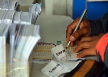 Brasília - Movimentação nas lotéricas às vésperas do sorteio da Mega-Sena da Virada (Wilson Dias/Agência Brasil)