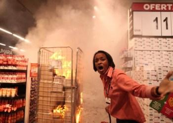 Grupo ataca e incendeia loja do Carrefour em São Paulo
