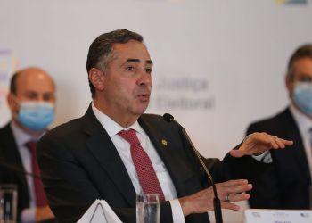 O presidente do TSE, ministro Luís Roberto Barroso, fala à imprensa no Centro de Divulgação das Eleições (CDE) 2020