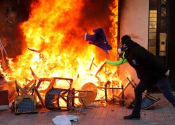 PROTESTO CONTRA VIOLÊNCIA POLICIAL EM PARIS TEM CONFUSÃO