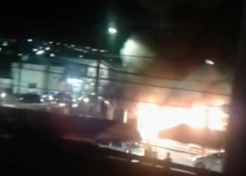 Vídeo; Lanchonete pega fogo no Jorge Teixeira, Zona Leste de Manaus