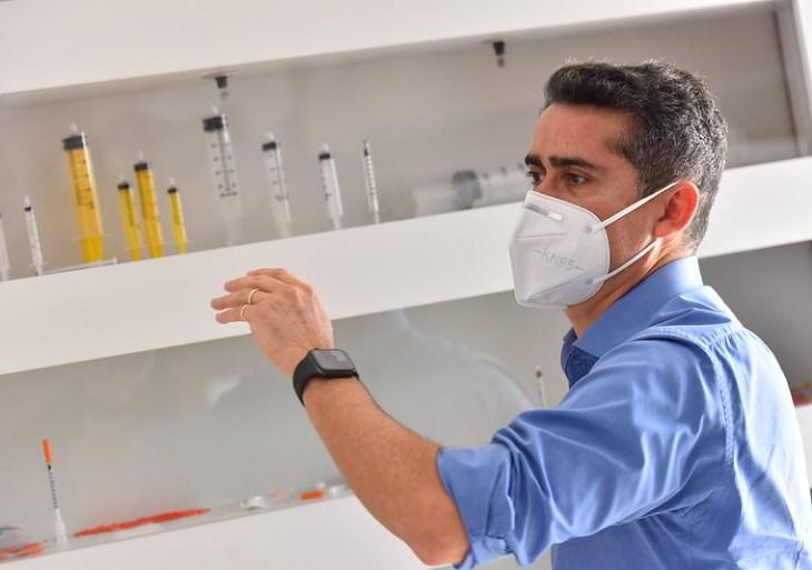 Prefeito David Almeida fecha aquisição de 1,5 milhão de seringas para vacinação contra a Covid-19
