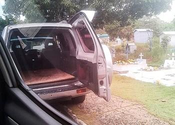 Em Manaus, carros clandestinos transportam mortos pela covid-19 sem proteção