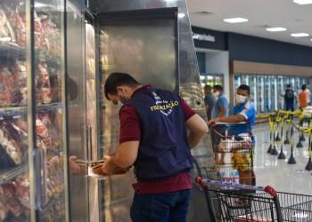 Procon-AM apreende mais de 20 kg de produtos fora da validade em supermercado na zona leste de Manaus