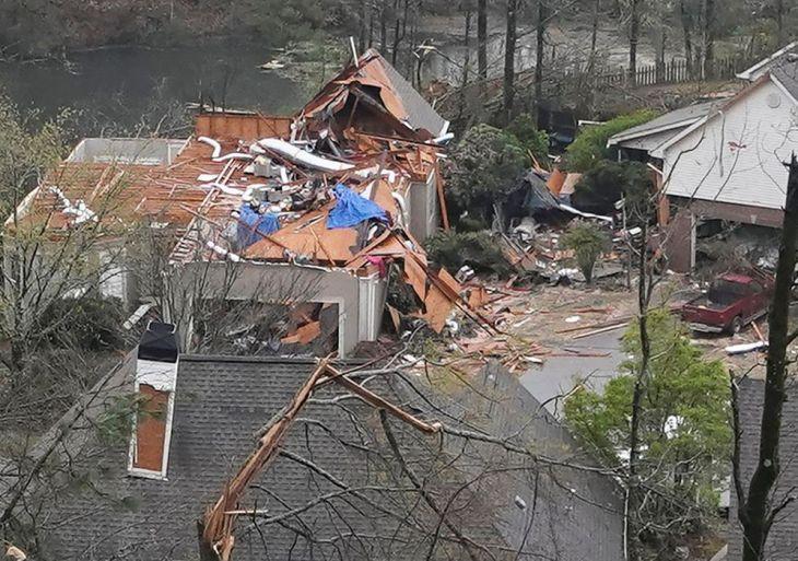 Tornados deixam ao menos cinco mortos e danos nos EUA