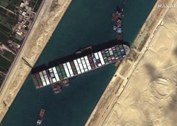 Após seis dias encalhado no Canal de Suez, navio gigante volta a flutuar