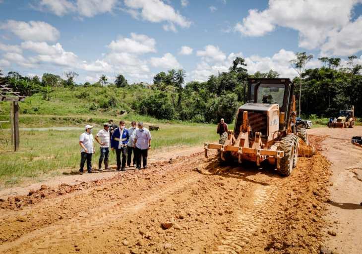 Peixoto acompanha serviços de terraplanagem realizados na vicinal do ramal da Cooperativa