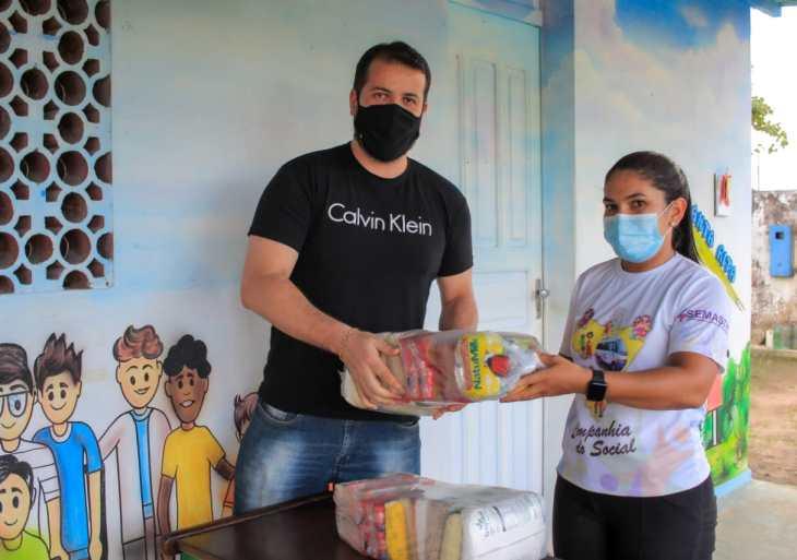 Boi Caprichoso entrega alimentos para grupo venezuelano deixado no porto de Parintins
